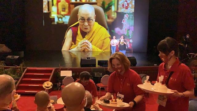 西藏精神领袖第14世达赖喇嘛,5日在印度达兰萨拉,与台湾上千名佛教徒,透过视讯弘法庆寿。(记者夏小华摄)