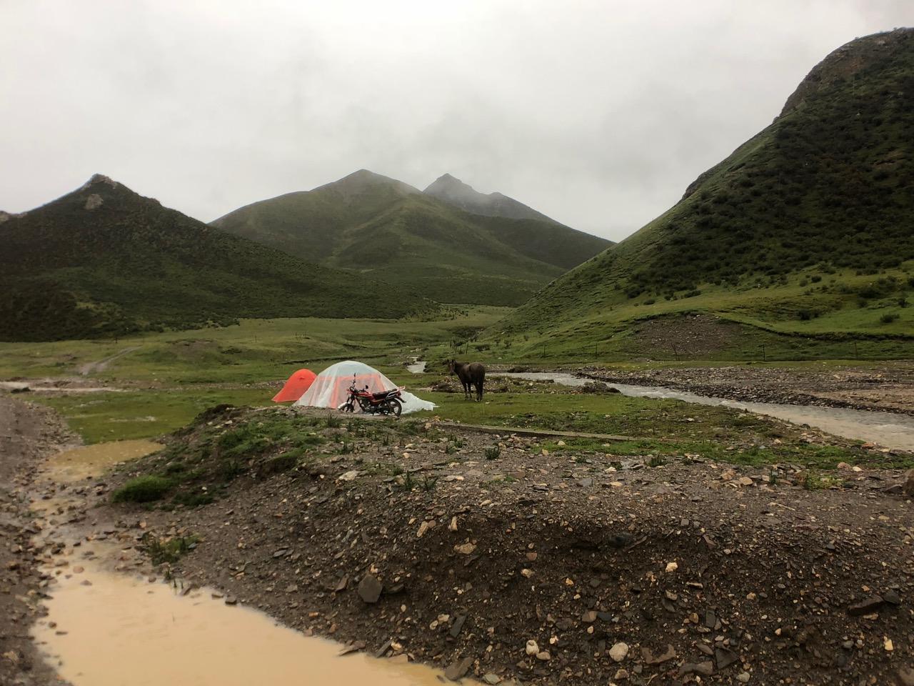 唯色8天在阿尼玛卿圣山徒步露宿时常常遇到下雨。(唯色提供)