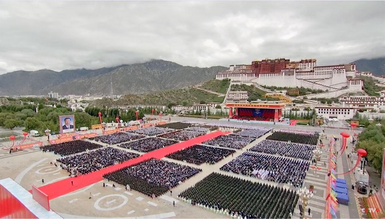 中共8月19日在拉萨举办西藏和平解放70年大庆。习近平巨幅照片在广场中。疫情之下,央视称有两万人参加。(央视直播截图)