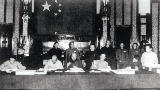 1951年西藏和谈代表在北京被迫签下所谓十七条和平协议。(达赖喇嘛西藏宗教基金会提供)