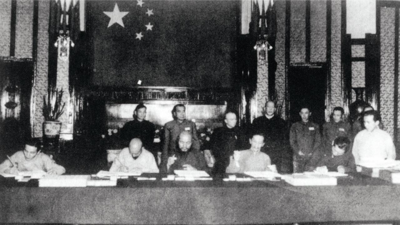 图片:1951年西藏和谈代表在北京被迫签下所谓十七条和平协议。(达赖喇嘛西藏宗教基金会提供)