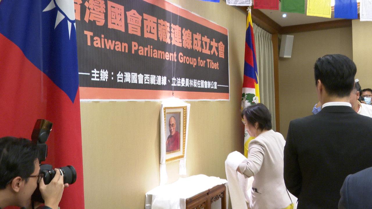 台湾国会西藏连线成员立委向达赖喇嘛法像献哈达祝寿。(记者李宗翰摄)