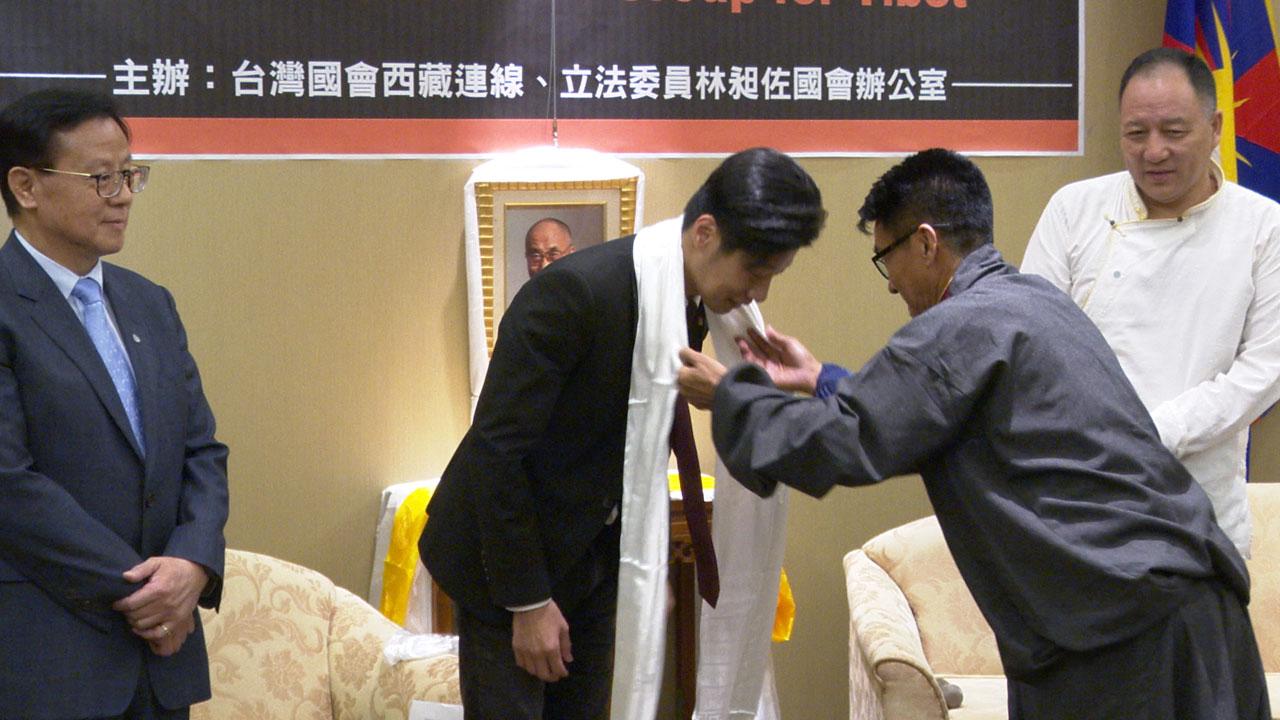 西藏台湾人权连线理事长札西慈仁向立委林昶佐献哈达表示祝福感谢。(记者李宗翰摄)