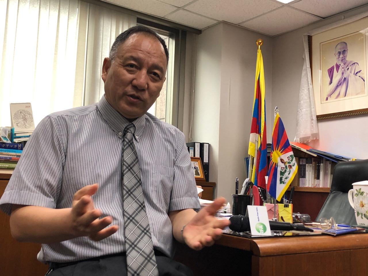 流亡藏人行政中央以及达赖喇嘛驻台代表达瓦才仁受访,评论共产党自办活佛转世培训班的荒谬。(记者夏小华摄)