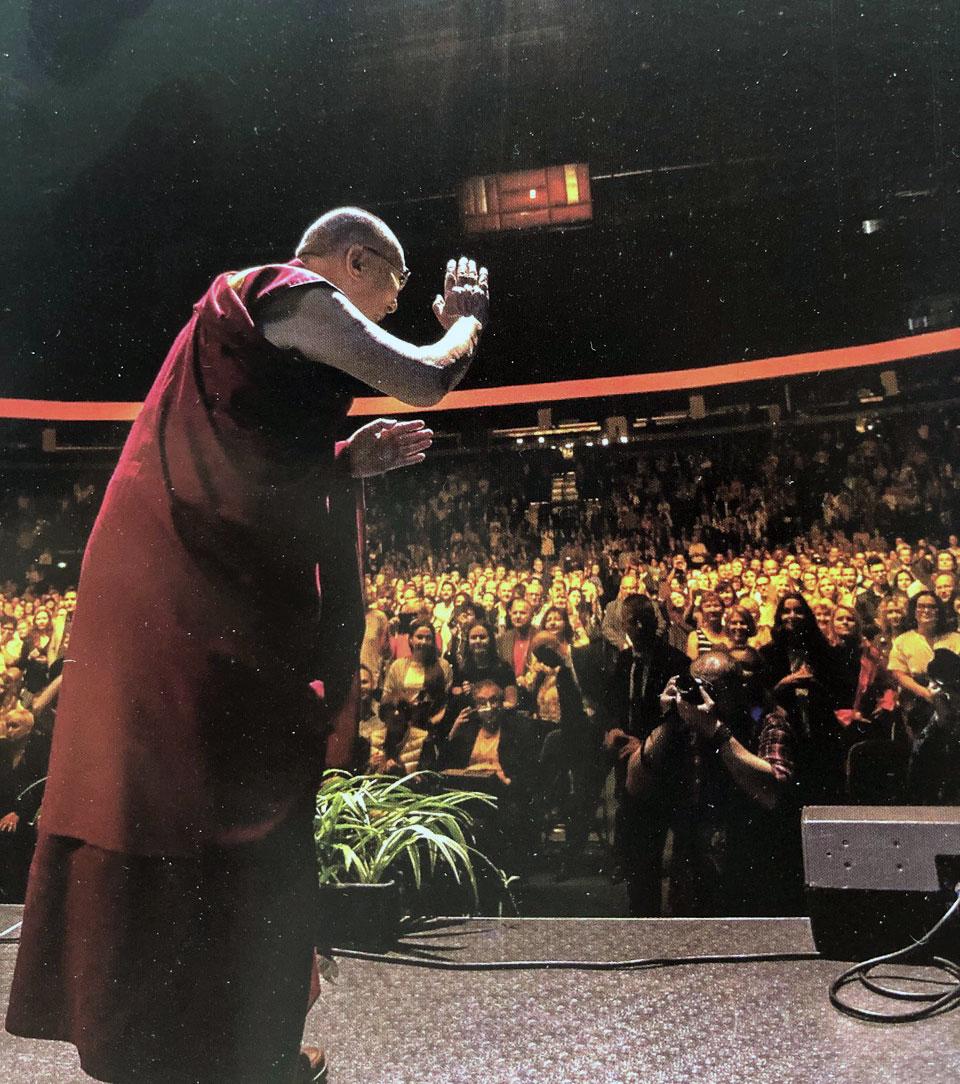 达赖喇嘛认为,狭窄的心胸经常会导致极端的思想。这就会产生许多问题。(记者夏小华翻摄)