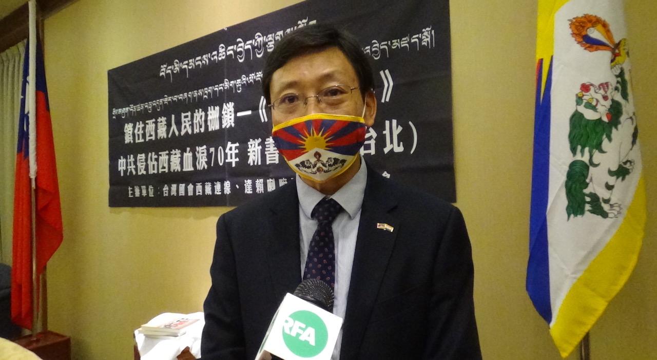 """《锁住西藏人民的枷锁:论签订所谓""""十七条协议""""的前因后果》作者之一索朗多吉。(记者夏小华摄)"""
