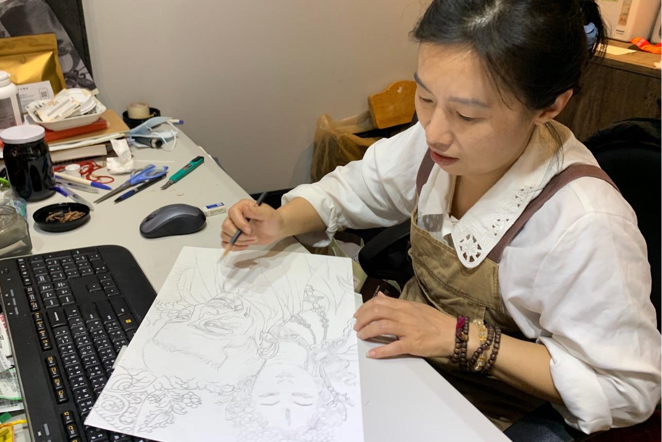 董靜蓉以黑白炭筆呈現系列西藏人權捍衛者,代表西藏文化正在失去它真正色彩,並為每位畫中人物,找出代表其精神的菩薩或護法神作象徵。(記者夏小華攝)