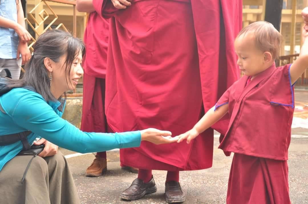 在達蘭薩拉大昭寺外面准備見達賴喇嘛時,董靜蓉與寧瑪派的轉世仁波切。(董靜蓉提供)