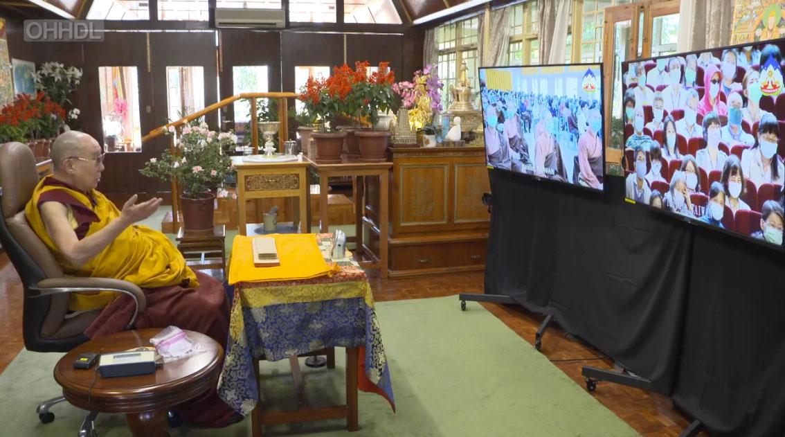 受疫情影响,流亡印度达兰萨拉的西藏精神领袖达赖喇嘛,2日向在台北的台湾信众视讯讲法。(达赖喇嘛官方脸书账号截图)