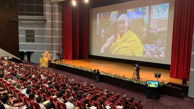 达赖喇嘛2日起一连三天为台湾佛教徒视讯讲法,并接受台湾信徒现场提问。(记者夏小华摄)