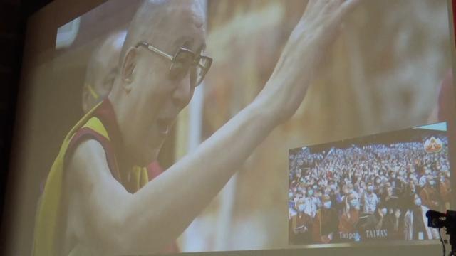 达赖喇嘛2日视讯讲法比原订一个半小时多讲了二十分钟,离开荧幕前亲切与台湾信徒挥手。(记者夏小华摄)