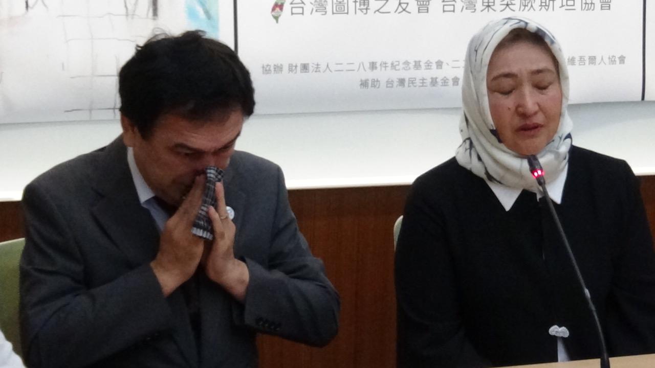 日本维吾尔协会会长伊里哈木(左)为古力巴哈翻译,翻到古力巴哈遭性暴力,哽咽落泪。(记者夏小华摄)
