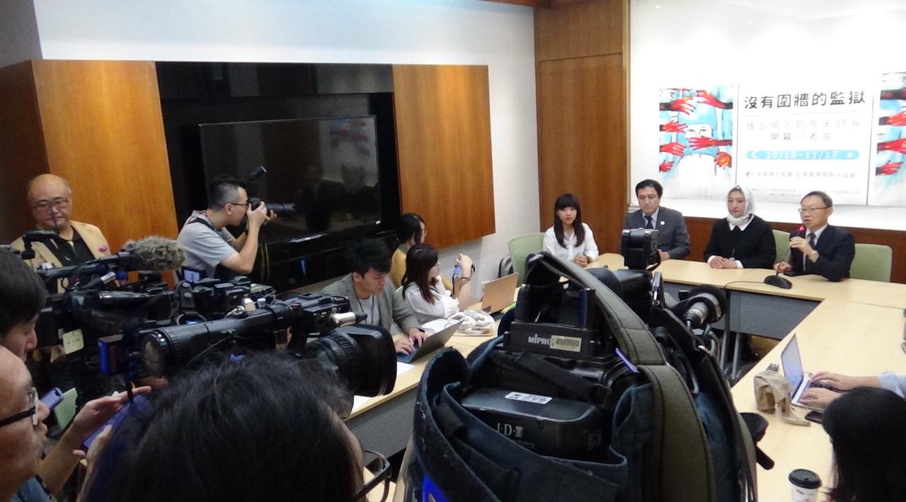 哈萨克籍维吾尔族人古力巴哈女士(Gulbahar Jalilova)在台湾控诉中国新疆集中营邪恶内幕。(记者夏小华摄)