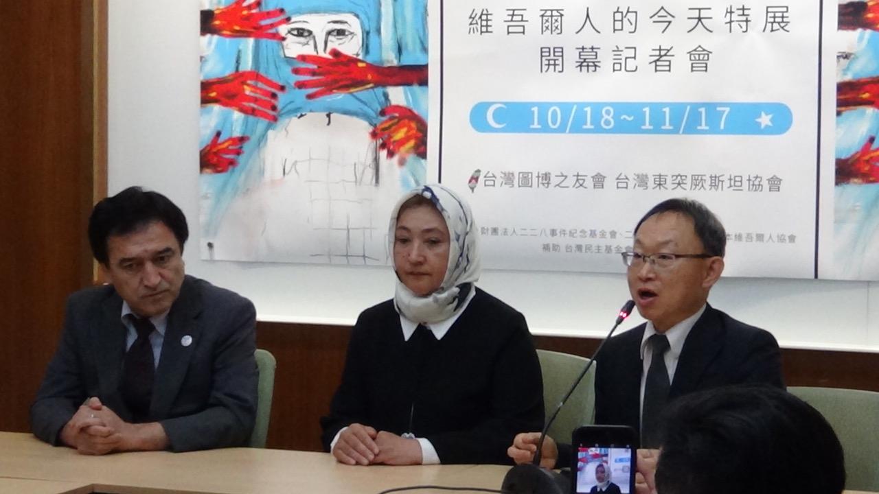 古力巴哈受台湾东突厥斯坦协会(右)等单位邀请访台。(记者夏小华摄)