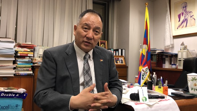 """西藏精神领袖达赖喇嘛驻台代表,同时也是藏人行政中央驻台代表达瓦才仁接受自由亚洲电台采访,证实中共以""""职业培训""""为名对西藏青年进行集中监控洗脑。(记者夏小华摄)"""
