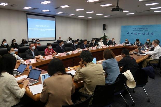 2021年3月29日中方举行涉疆新闻发布会,安排多名维族人现身,向国际记者反驳西方对集中营侵害人权的指控。(路透视频截图)