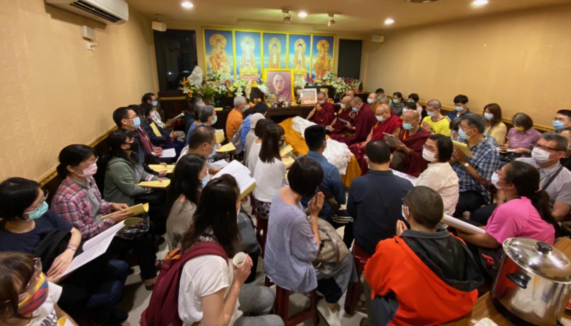 强巴加措格西圆寂,他的学生为他诵经祈福。(达赖喇嘛西藏宗教基金会提供)