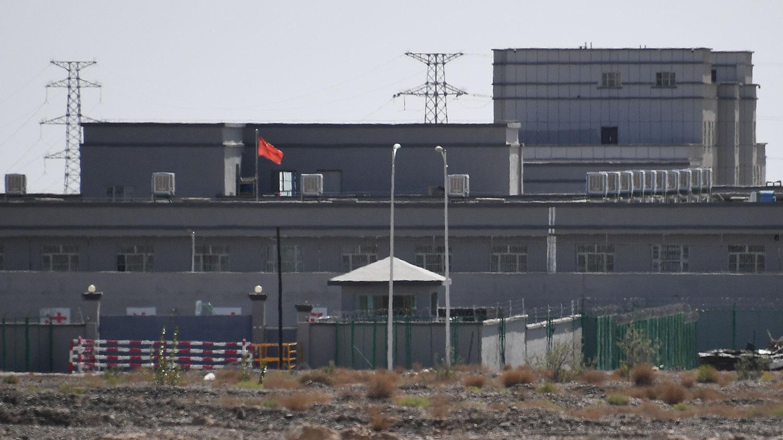 图为,新疆地区喀什以北一所再教育营。(法新社)