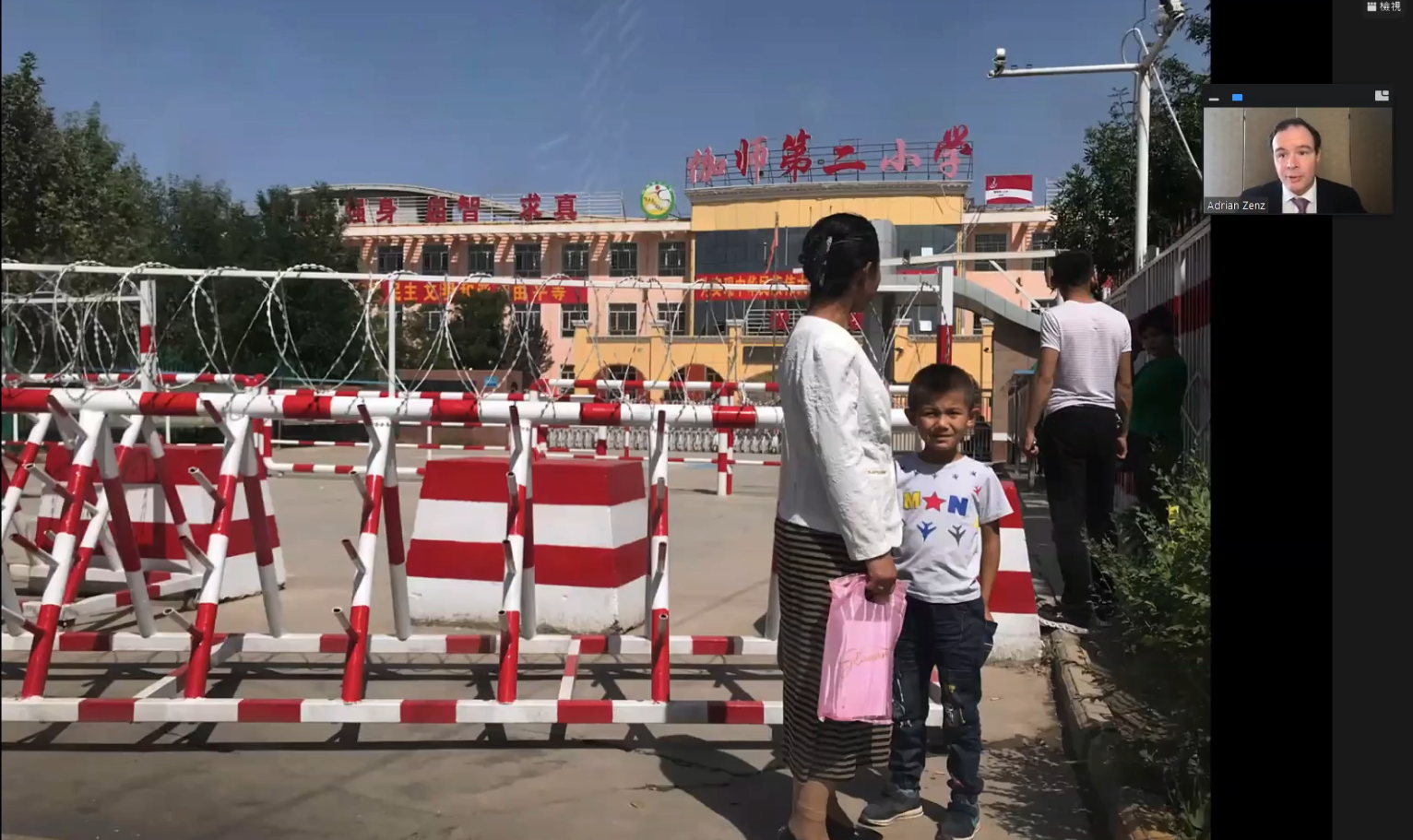 郑国恩在座谈会中展示了一些照片文件,新疆地区小学都被监控着。(网路会议截图)