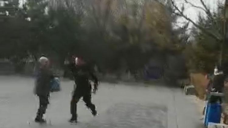 在呼和浩特一公园内,新娜遭到便衣公安报复。(志愿者提供/记者乔龙)