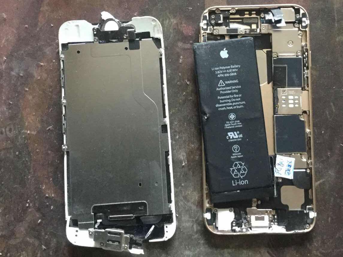 新娜拍摄跟踪者,但手机遭对方砸得稀巴烂。(志愿者提供/记者乔龙)
