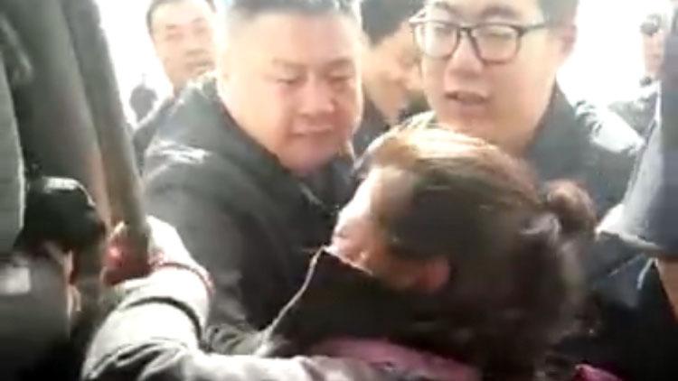内蒙古自治区主席布小林视察,乌拉特中旗牧民反映情况被推上警车。(视频截图)