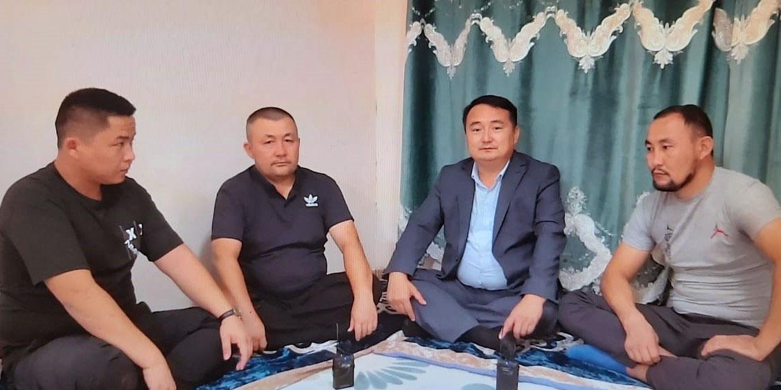 阿塔珠尔特志愿者组织负责人别克扎提(左二)、创办人赛尔克坚(左三)和两名脱疆者。(志愿者提供/记者乔龙)
