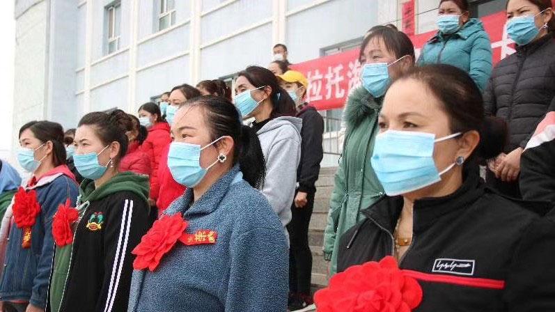 新疆托克斯县喀拉托克镇,一批哈萨克人将前往外省地打工。(志愿者提供/记者乔龙)