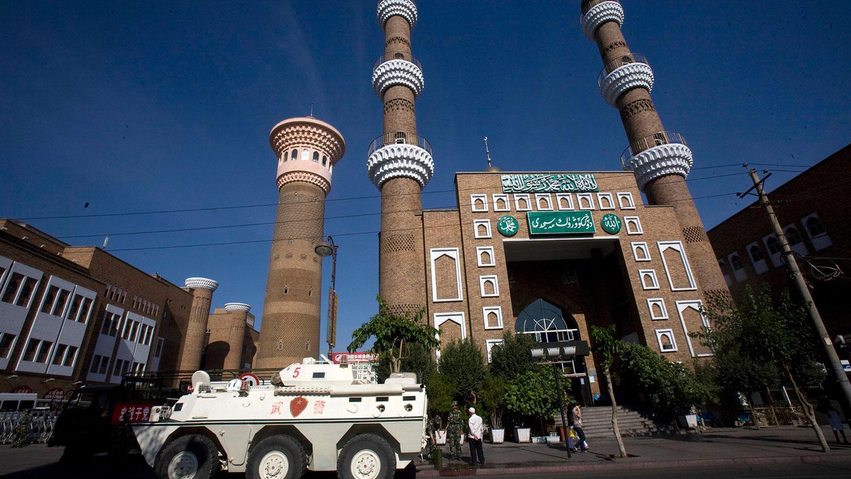 资料图片:装甲运兵车停在新疆省乌鲁木齐市一座清真寺外。(美联社)