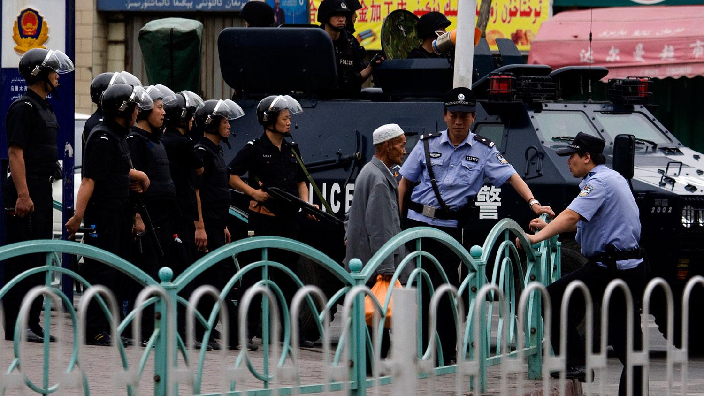 资料图片:中国警察在新疆乌鲁木齐大集市外巡逻。(美联社)