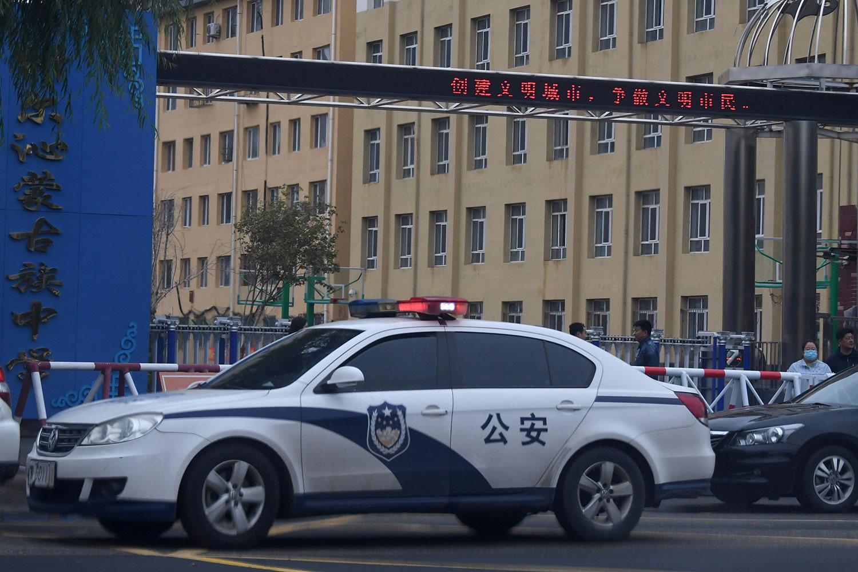 2020年9月10日,中国政府近期强推汉语教学引发蒙古族人士集会抗议后,一辆警车在中国内蒙古北部地区通辽市的科尔沁蒙古学校门前。(法新社)