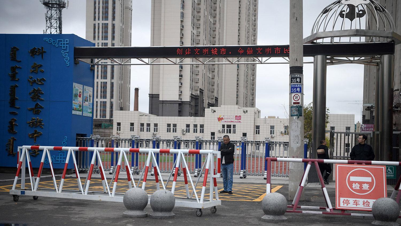 2020年9月10日,中国政府近期强推汉语教学引发蒙古族人士集会抗议后,在内蒙古通辽市的科尔沁蒙古学校门前穿便衣警察。(法新社)