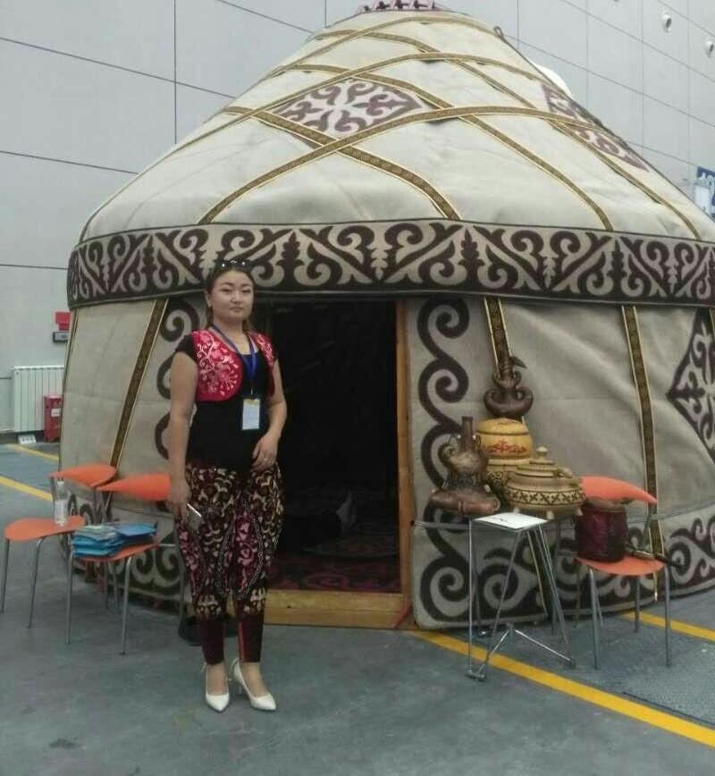 迪娜在新疆参加商品展览会。(志愿者提供/记者乔龙)