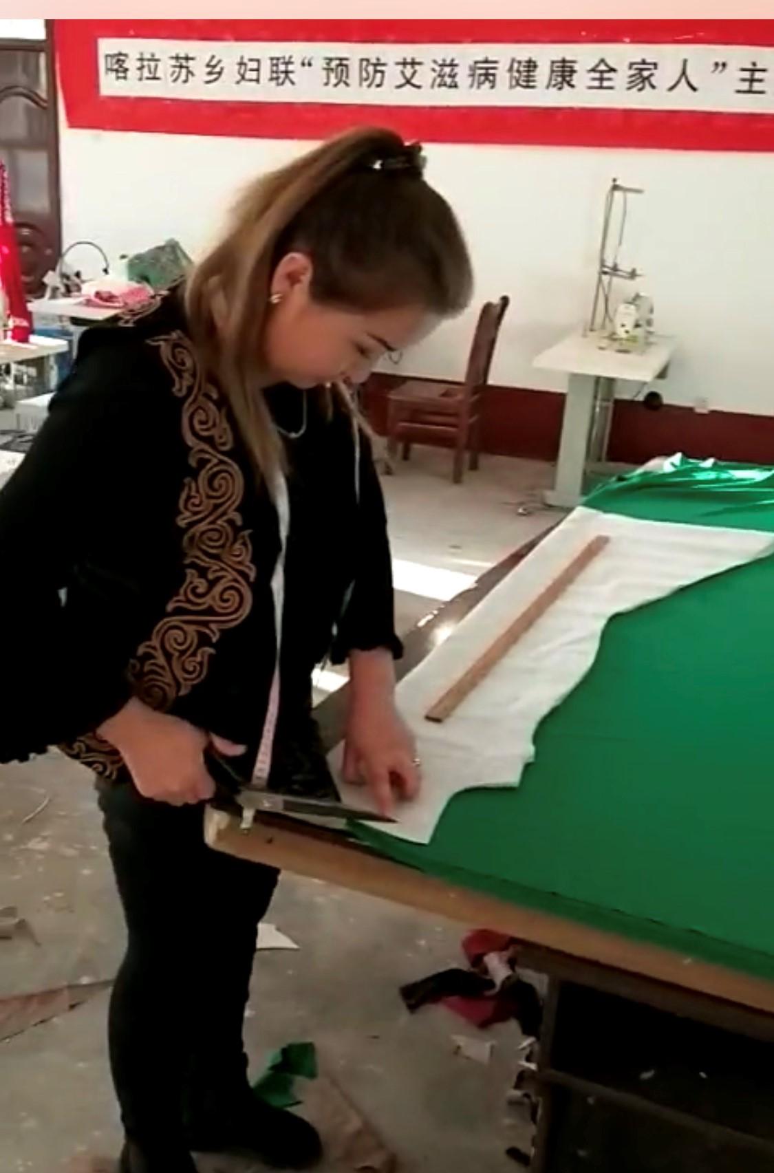 迪娜在家乡的工厂工作情景。(志愿者提供/记者乔龙)