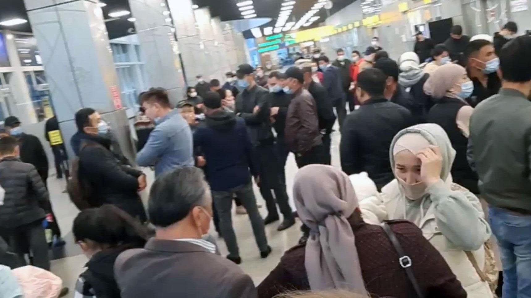 众多哈萨克族到阿拉木图机场迎接热合江到来。(志愿者提供/记者乔龙)