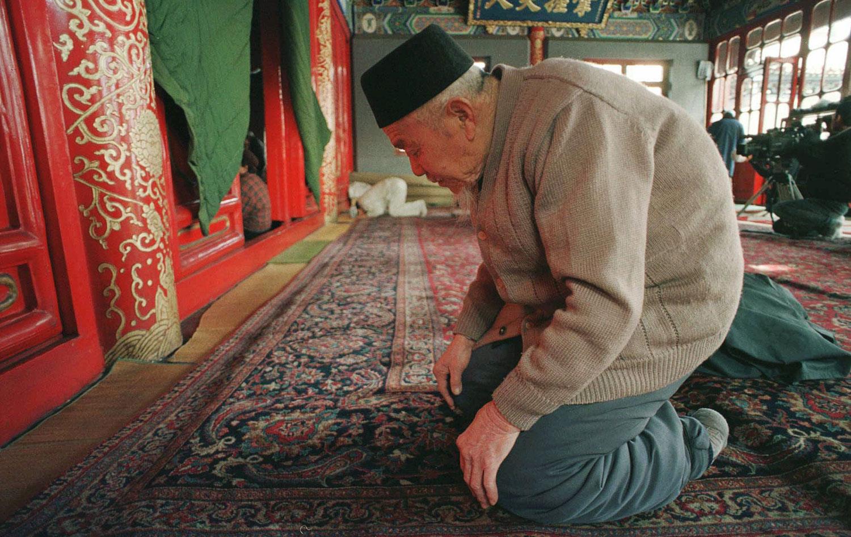 图为穆斯林斋月期间,一名中国穆斯林在清真寺祈祷。(AP)