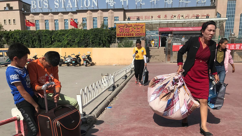 资料图片:新疆喀什市汽车客运站外。 (美联社)