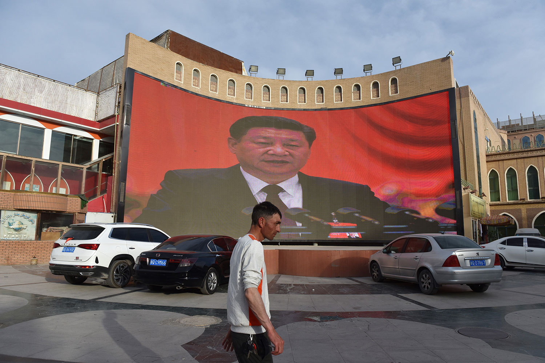 2019年6月4日,在新疆喀什市一大屏幕上显示中国国家主席习近平的画面。 (法新社)