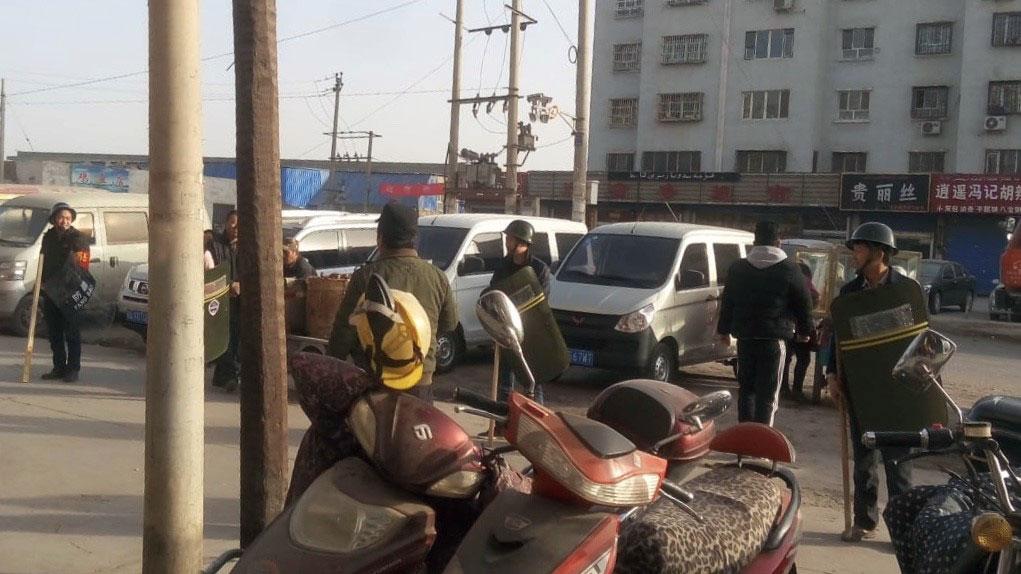阿克苏南城社区,商户接到指示,进行反恐演习。(孔元峰提供/记者乔龙)