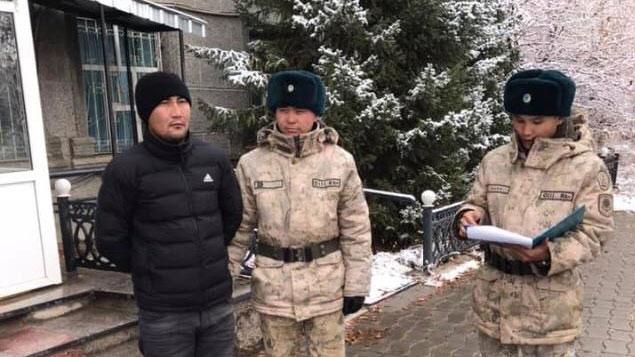 从中国新疆逃亡哈国的哈斯铁尔,接受哈国安全人员调查。(阿塔珠尔特提供/记者乔龙)