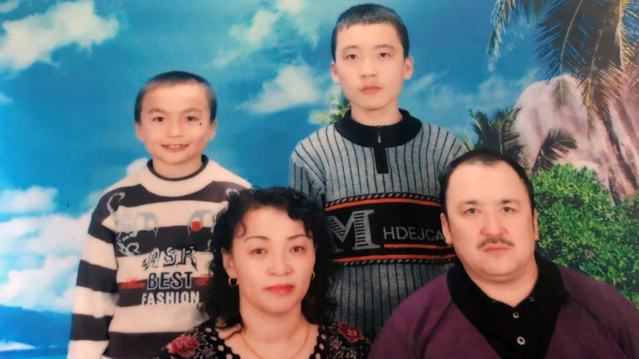 哈萨克人金格斯和妻子沙吾列及两个儿子。(当事人提供/记者乔龙)