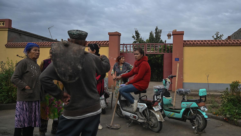 新疆当地政府出台了一些土办法,不允许哈萨克族人出售自己的物业,自己所有的土地、草场等。(资料图/法新社)