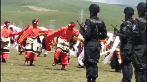 次仁達瓦於2013年8月於西藏那曲賽馬節拍攝的照片,顯示荷槍實彈的中共軍警正在監視慶祝節日的藏人。(次仁達瓦提供,獨家首發)