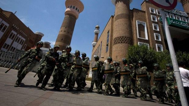 正在新疆乌鲁木齐街头巡逻的中国防暴警察 (美联社)