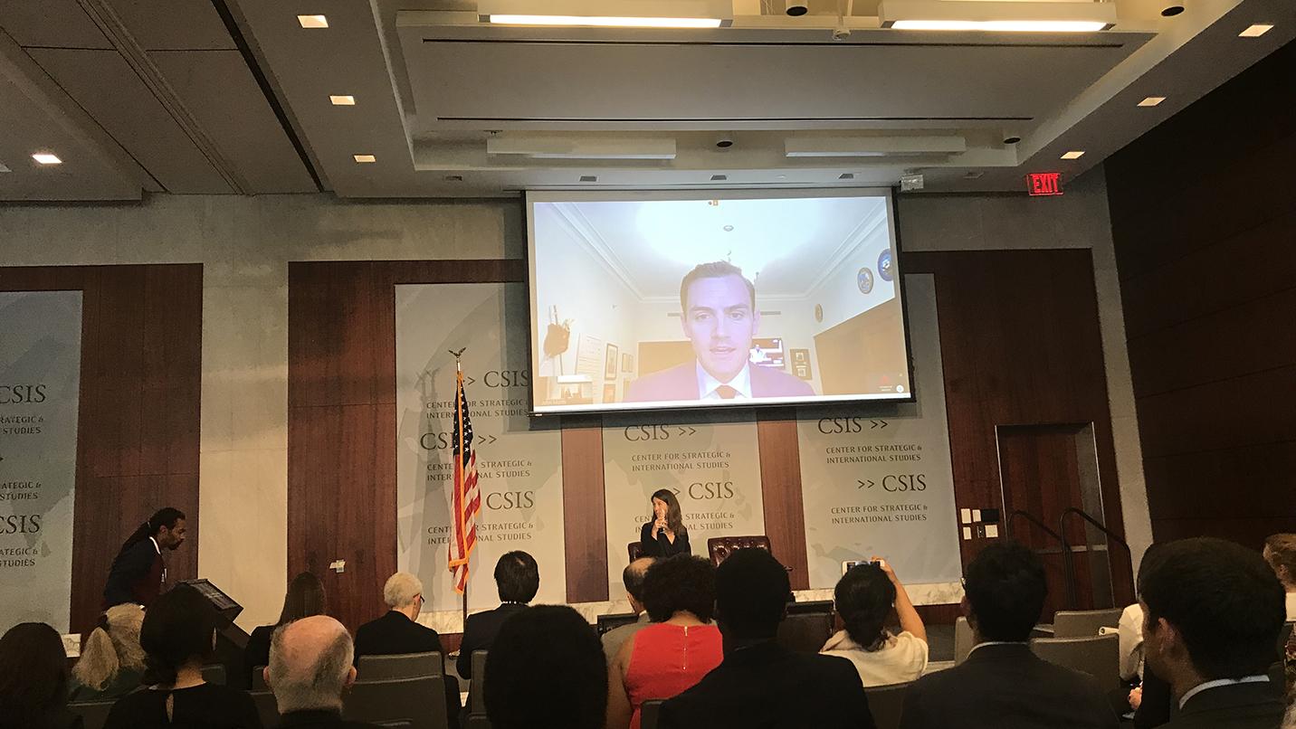 """美国国会众议员迈克.加拉格通过视频在""""另一种监狱""""研讨会上发表主题演讲。(王允摄影)"""