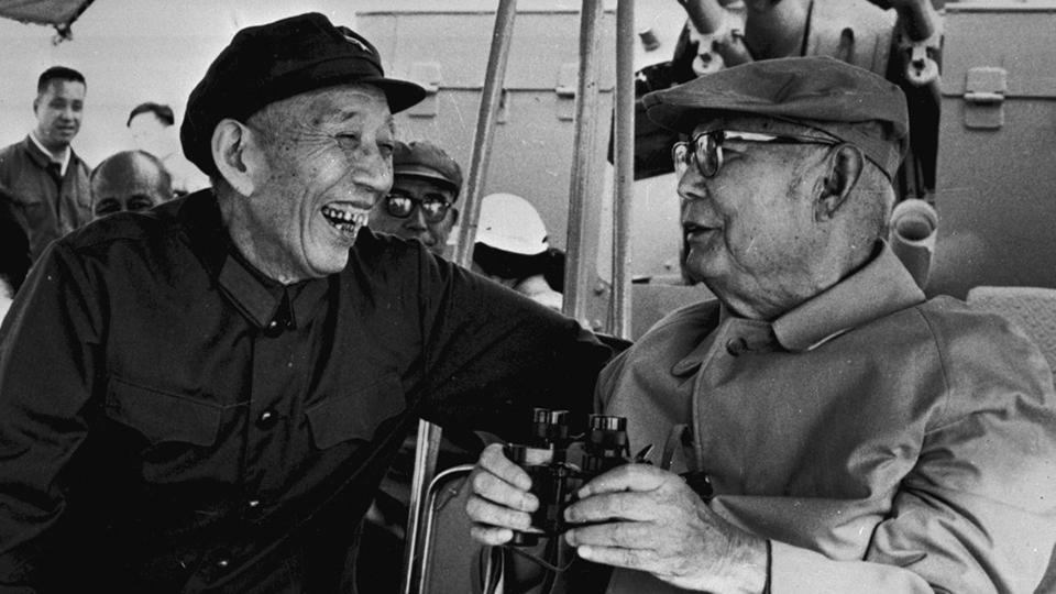资料图片:王震(左)1982年在海军东海舰队视察(Public Domain)