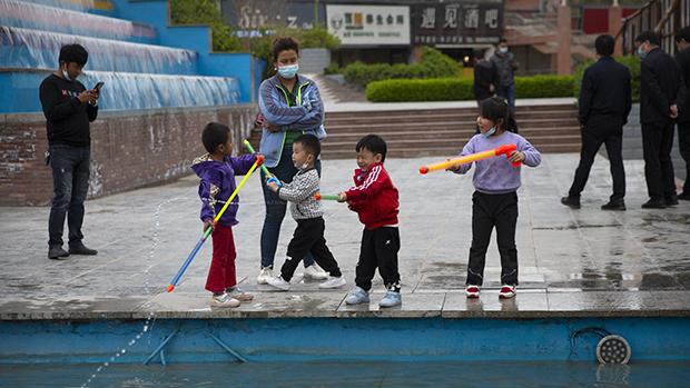 郑国恩表示,维吾尔族等少数族群在未来20年的新生儿人数会减少约260万至450万人。图为新疆阿克苏一座广场中玩耍的儿童。(美联社)