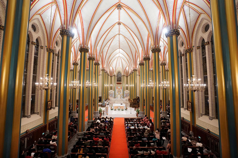 中国天主教徒人数上千万,梵蒂冈十分重视。图为,2018年12月24日,圣诞节前夕的北京西什库大教堂(也称为北堂)里,教徒参加弥撒。 (路透社)