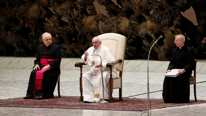 图为,2020年10月14日,教宗方济各(中)在梵蒂冈每周一次对听众讲话。(路透社)