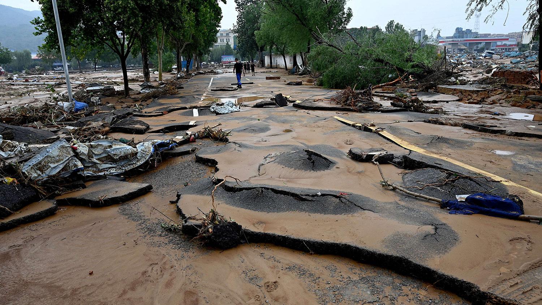 2021 年 7 月 22 日,河南省郑州市附近的县级巩义市最近几天发生严重洪水和山体滑坡,导致道路受损。 (AFP)